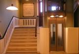 Hovedtrappe med elevator